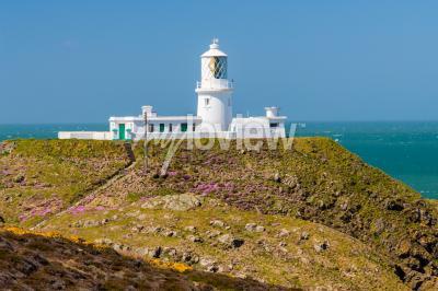 Fotomural Strumble Head e o Farol de 1908 na costa de Pembrokeshire