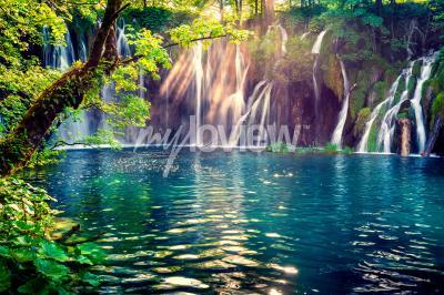 Fotomural A última luz solar ilumina a cachoeira de água pura no Parque Nacional de Plitvice